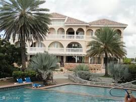 Acherzijde (zee, tuin & zwembad zijde) van het appartementen gebouw met in de midden op de 2e verdieping het luxe appartement Flamingo.