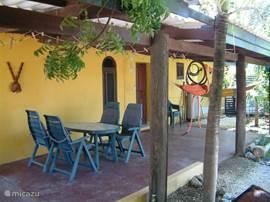 Omgeven door een grote veranda waar men uit de zon van de omgeving kan genieten.