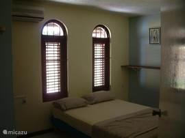 Slaapkamer met 2 persoons bed.
