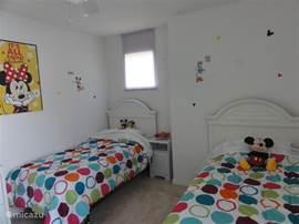 Kinder Disney kamer met twee eenpersoonsbedden en tv met dvd speler.
