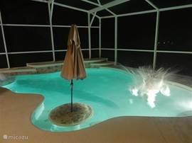 Zwembad in de avond; verlichting.