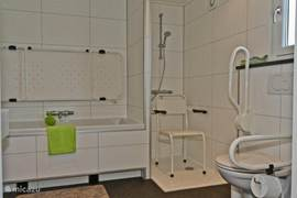 De badkamer heeft enkele hulpmiddelen voor minder valide personen. Deze kunnen opgeklapt worden of weg gehaald worden zodat ze nauwlijk hinder onder vinden als u ze niet nodig heeft.