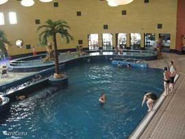 Het binnenzwembad bij De Kurenpolder. Met apart kinderbad, glijbaan, stroomversnelling, sauna, turks stoombad, jacuzzi en zit gedeelte met horeca. Het zwembad is rolstoel toegankelijk.