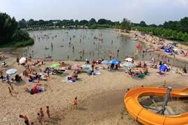 Het strandbad op De Kurenpolder met glijbanen en speeltoestellen.