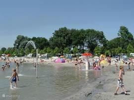 Het strandbad de kinderen vermaken zich prima en de ouders hebben er lekker rust.