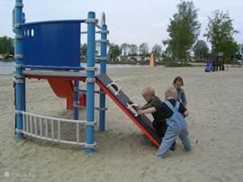 Even spelen op het strand.