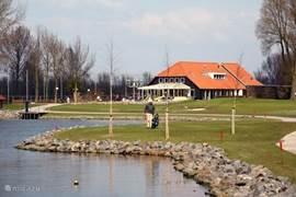 Het clubgebouw van de golf.