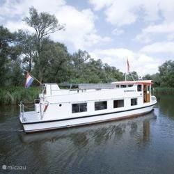 In de omgeving kunt u met een grote rondvaartboot en onder het genot van een hapje en drankje de Biesbosch beleven.