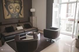 De ruime en zeer gezellige woonkamer met een heerlijke loungebank en leren stoelen