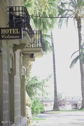 Sitges heeft een zeer uitgestrekte en mooie boulevard vol met palmbomen, stranden, horeca en winkels.