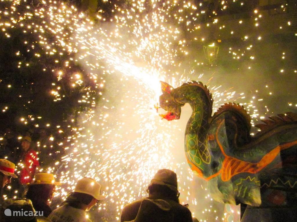 Fiesta Major. Vuurwerkfestival in de straten met de dansende draak.