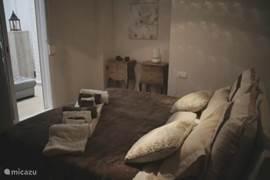 Deze slaapkamer grenst aan de unieke inpandige loggia geheel in loungestyle. Ook deze kamer heeft veel kastruimte en een ruim tweepersoonsbed 1.80m bij 2.00m met zowel harde als zachte kussens. Een relaxed plekje om te genieten van een heerlijke nachtrust. Aangrenzend de badkamer.