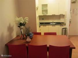 de eetkamer tafel en de keuken