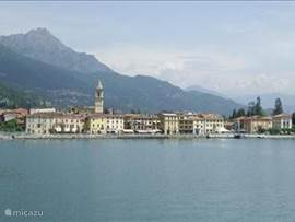 het plaatsje Porlezza vanaf het meer van Lugano