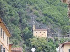 een kerkje op een berg waar je naar toe kunt wandelen van uit het dorpje Porlezza