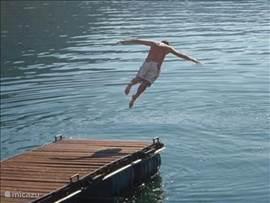 nog even aan het einde van de dag een verfrissende duik in het meer een aanloop op de steiger en duiken maar!