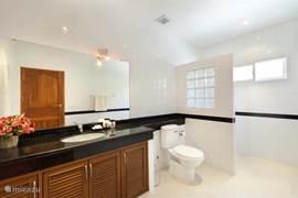 badkamer van de master bedroom