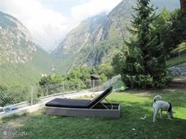 De tuin met aan de ene kant uitzicht op het Baltschiedertal en aan de andere kant op het Rhonetal.