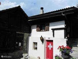 De ingang van het huis met een lekker zonnig terras. Hier beginnen ook diversen prachtige routes door het Baltschiedertal.