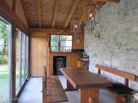 De tuinkamer. Een heerlijk verblijf met een grote tafel en banken waar je royaal met 8 ot 10 personen aan kunt zitten. Van hier uit een prachtig uitzicht over de tuin en het Baltschiedertal. De glazen wand kan helemaal open! De ruimte kan eventueel verwarmd worden met de houtkachel