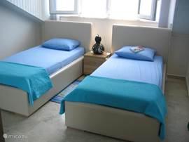 De kinder slaapkamer met 2 eenpersoonsbedden, hier met zomerdeken maar voor de killere nachten hebben wij dekbedden met dekbedhoes.