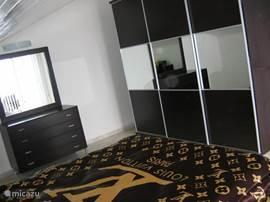 Met een zeer ruime kledingkast en toiletkast. Deze slaapkamer geeft met een schuifpui toegang tot het dakterras.
