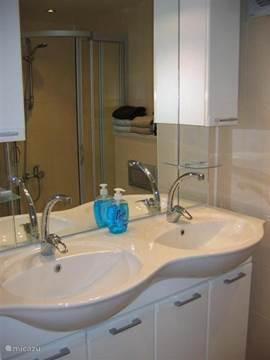 Beide badkamers hebben een dubbele wastafel met voldoende kastruimte.