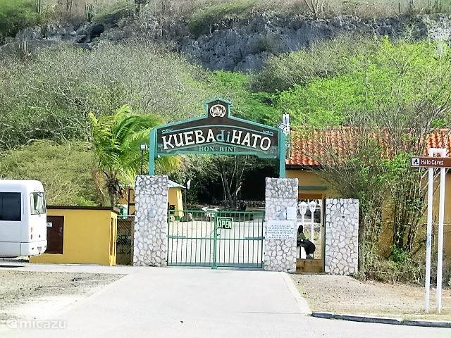 ingang van de grotten van Hato