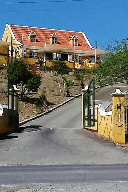 Landhuis Klein Santa Martha nabij het dorp Soto geeft een mooi panorama over de gelijknamige baai.