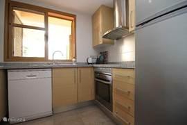 Keuken met vaatwasser, wasmachine, oven, 4 pits kookplaat, koelkast met diepvries.