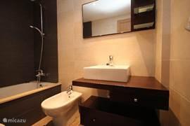 Luxe badkamer met bubbelbad