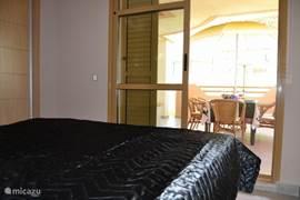 Ouderslaapkamer met openslaande deuren