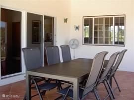 Lekker dineren of borrelen op de overdekte patio met een landelijk uitzicht