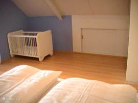 Kinderledikant op de slaapkamer op de 1e verdieping met toegang tot de logia.