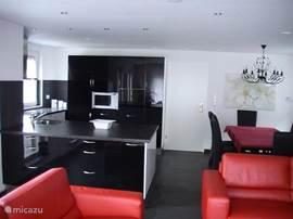 Ruime open woonkamer/keuken met een 2,5 en 3 zitsbank.