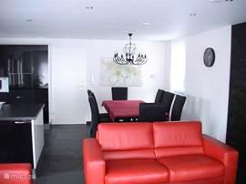 Ruime open woonkamer/keuken met een ruime eethoek voor 8 personen.