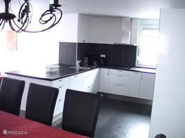 Open hoogglans keuken, incl. afwasmachine en combimagnetron