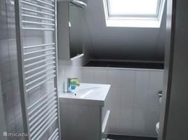 Badkamer op de 1e verdieping met douche.