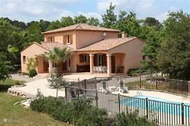 Luxe villa met veel privacy aan de Cote d'Azur. Geschikt voor meerdere stellen of 2 families. Lekker privé zwembad met ligbedden en kussens.