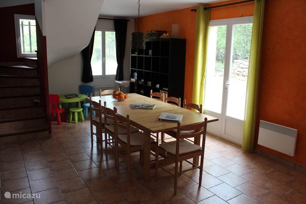 Ruime eethoek met tafel tot 12 personen. Ook is er een aparte  kindertafel met 4 stoeltjes en een kinderstoel voor aan de eettafel. In de boekenkast staan boeken en spelen.
