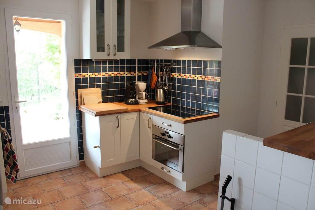 Keuken met afzuigkap, elektrische kookplaat en combi oven/grill/magnetron. Uitgebreide inventaris en Senseo koffiezetter.