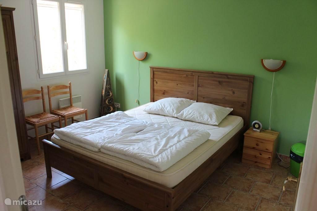 Slaapkamer boven met 2 persoonsbed van 2.00 x 1.60 meter. Ramen voorzien van muggenhor.