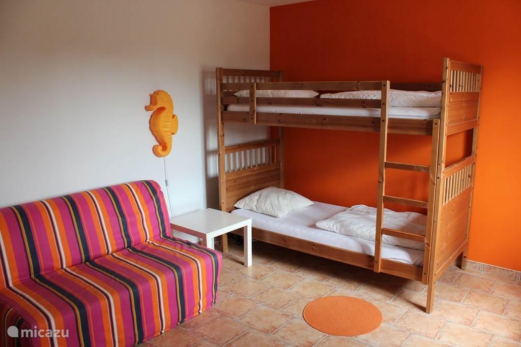 De kinderslaapkamer met stapelbed van 1.90 x 0.90 meter en slaapbank (1.90 x 1.40 meter). Ramen voorzien van muggenhor.