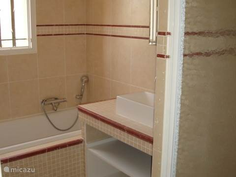Upstairs bathroom with bath and spacious shower 1.80 m
