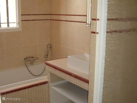 Badkamer boven met ligbad 1.80 meter en ruime douche