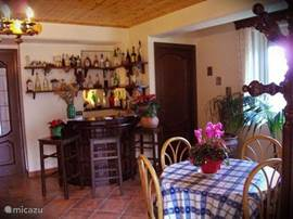 De hal/woonkamer met kleine bar met huisgemaakte likeuren