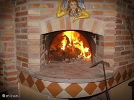 Pizza-oven in de schaduwrijke buitenkeuken: om zelf te bakken of huisgemaakte pizza te laten bereiden door de beheerder Pagano - op aanvraag
