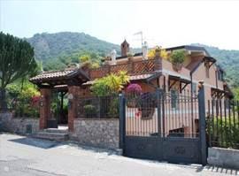 Vooraanzicht van de vrijstaande Villa Pagano
