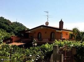 Zijaanzicht van de Villa, omgeven door citroen- en sinaasappelbomen