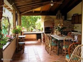 Buitenkeuken aan de tuin en zwembad, met pizza-oven